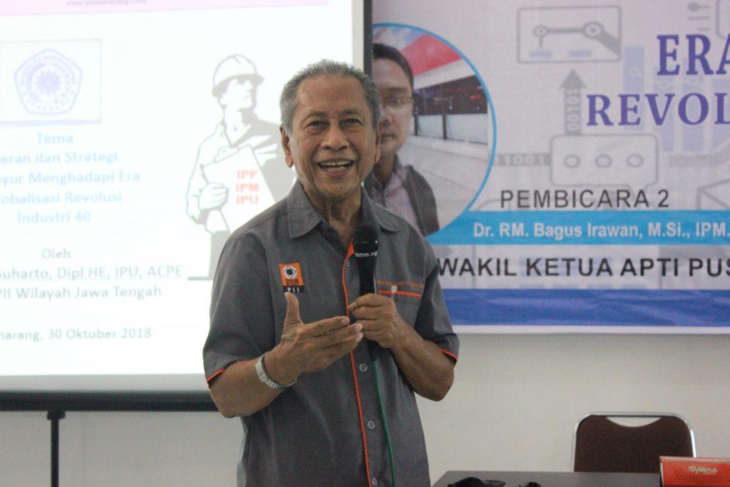 Ketua PII (Persatuan Insinyur Indonesia) Jawa Tengah, Ir. Wisnu Suharto, Dipl., HE., IPU, ACPE saat memberikan paparan di kuliah umum FT Unimus