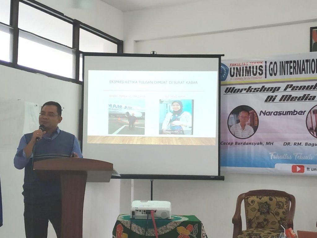 Dekan FT Unimus Dr.Bagus Irawan, Memaparkan Materi Cara Menulis Artikel di Media Massa.